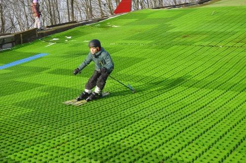 Kind skiënd op de borstelbaan